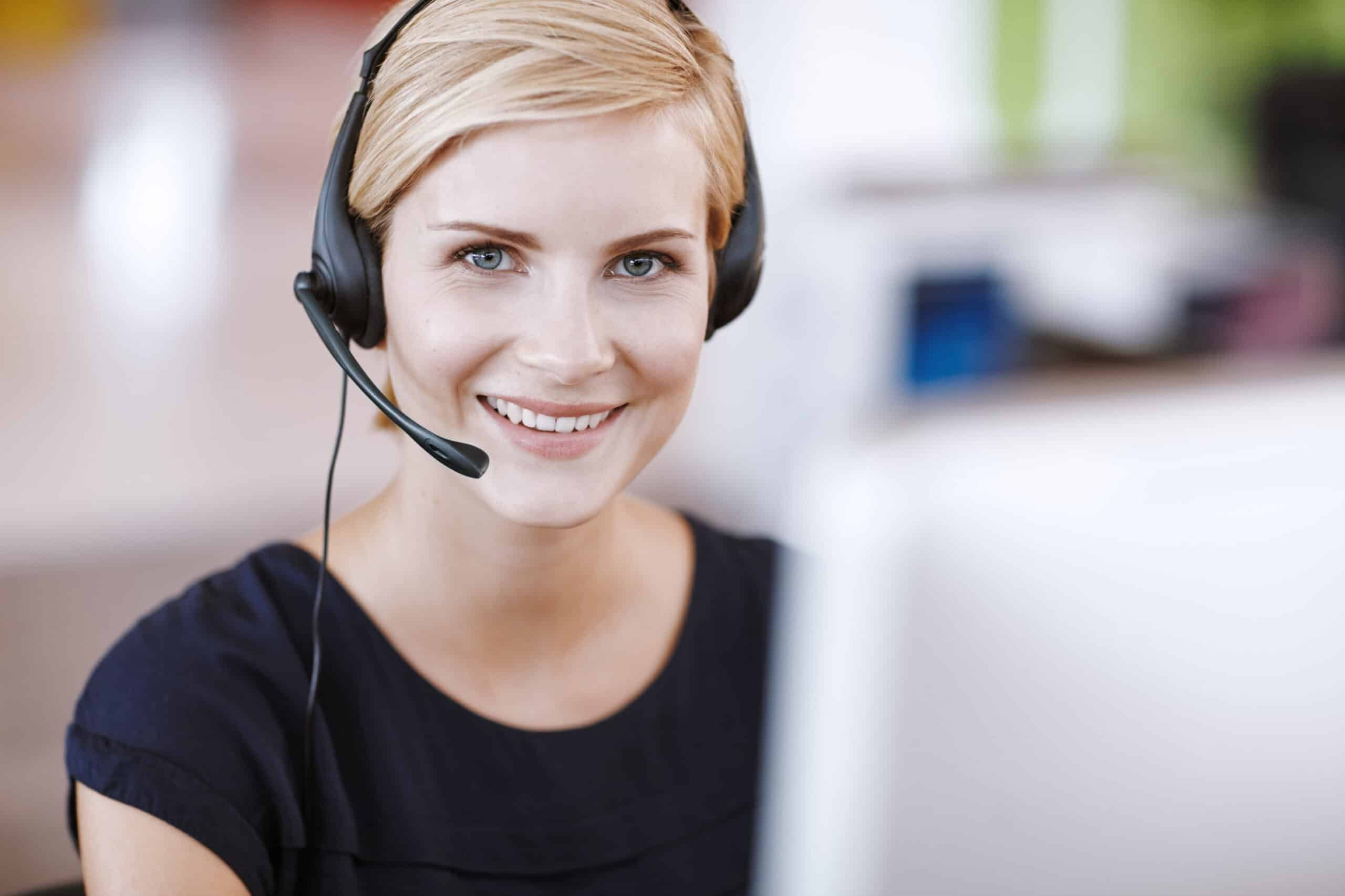 Frau nimmt telefonische Anfrage entgegen