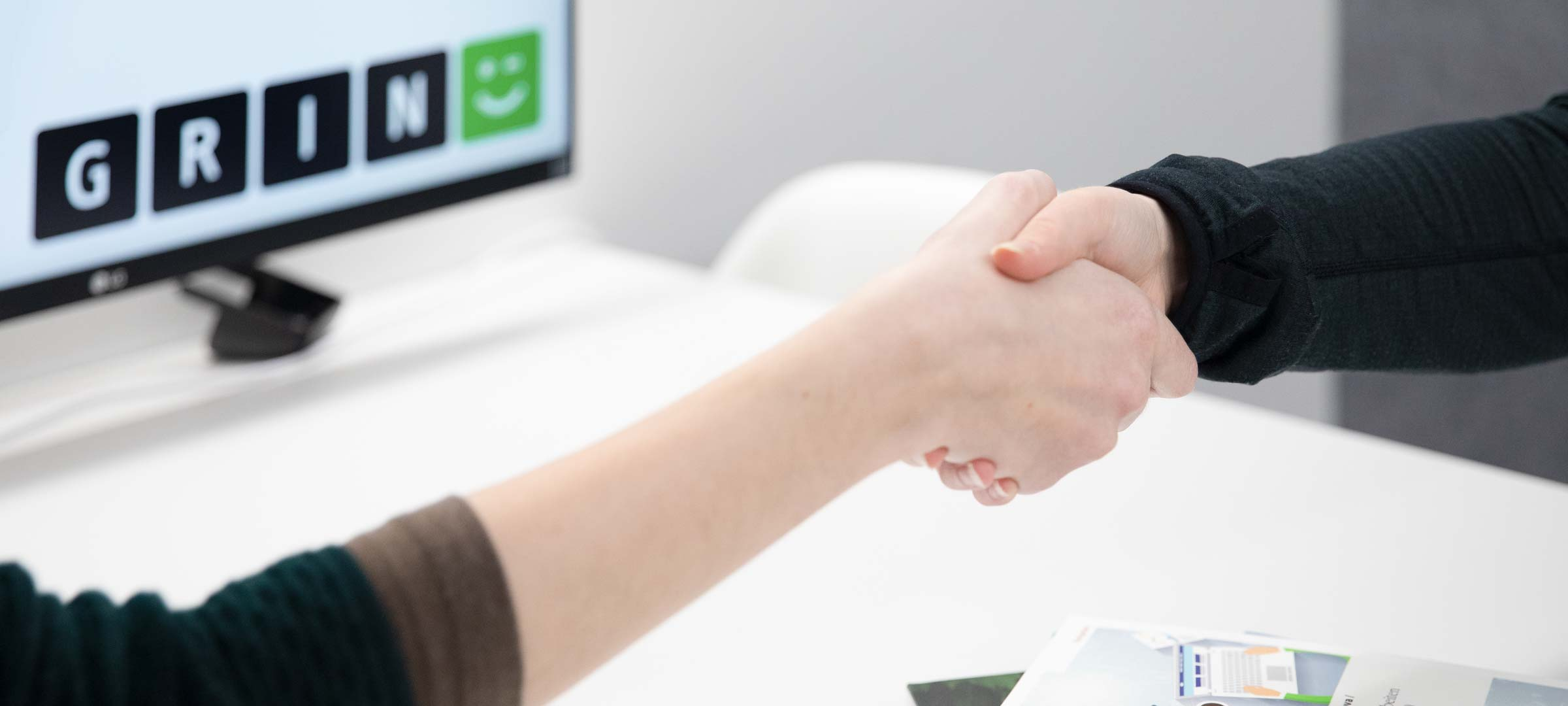 Titelbild: Handschlag im Büro