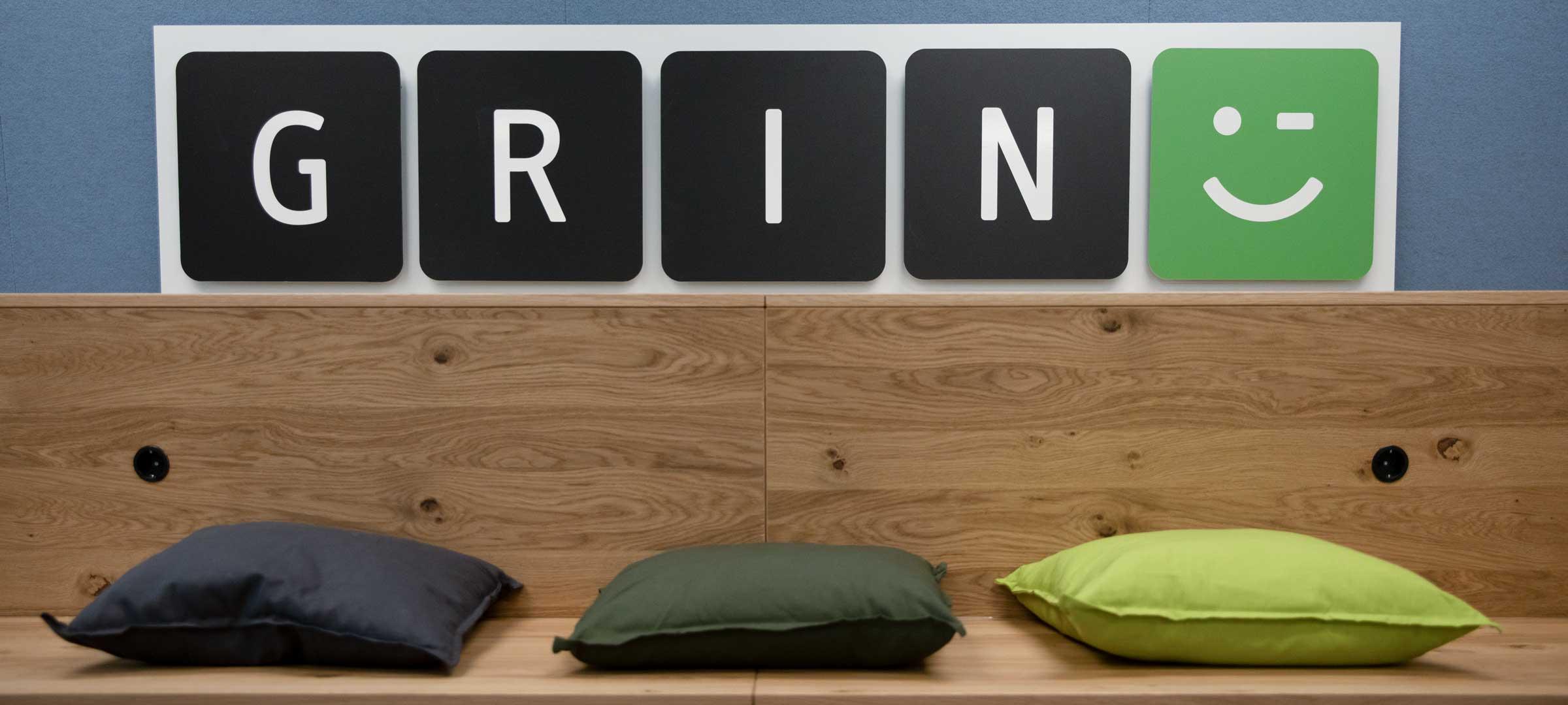 Titelbild: Sitzbereich mit Logo von GRIN